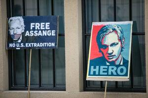 Transparenty počas protestu za prepustenie zakladateľa portálu WikiLeaks Juliana Assangea pred ambasádou Veľkej Británie v Bratislave.