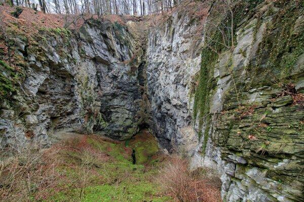 Pohľad do Hranickej priepasti, ktorá je najhlbšou sladkovodnou jaskyňou na svete.