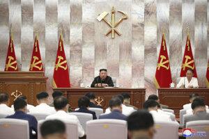 Vodca Severnej Kórey Kim Čong-un počas utorkového zhromaždenia Kórejskej strany práce.