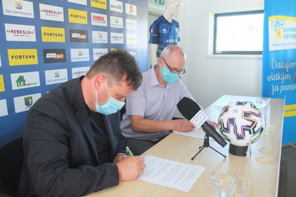 Podpis memoranda o spolupráci. Igor Rozenberg (FK Pohronie) a Pavel Bician (OZ Svetielko nádeje).