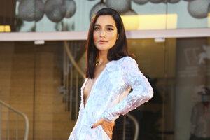 Speváčka Levante v šatách z dielne Armani