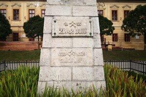 Socha modliaceho sa baníka na Baníckom námestí.
