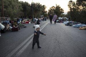 Migranti prežili noc na Lesbose mimo tábora, v ktorom opäť prepukol požiar.