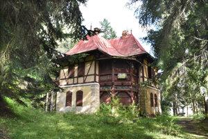 Kúpeľný dom Pionier je pamiatkovo chránený. Dvere a okná má zapečatené.