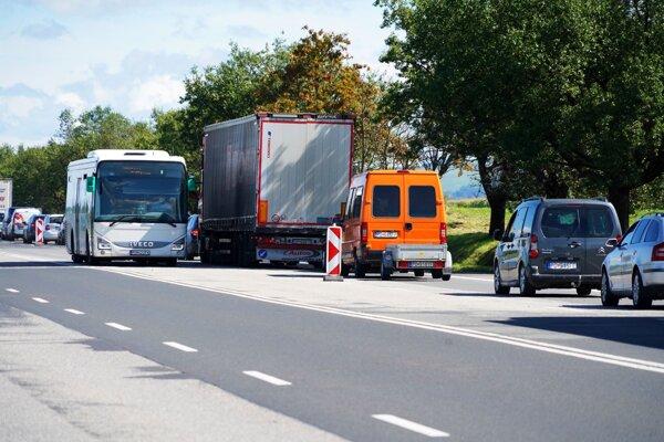 V smere do Kapušian je len jeden jazdný pruh. Polícia pripustila dopravné zmeny.