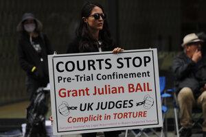 Podporovateľka Juliana Assangea pred súdom v Londýne.