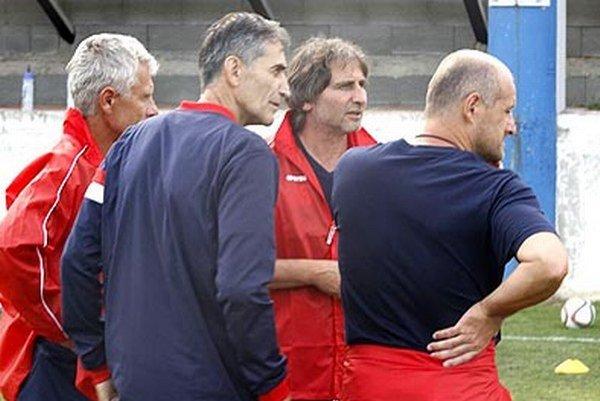 Novým trénerom FC ViOn je Macedónec Milko Djurovski (druhý sprava).