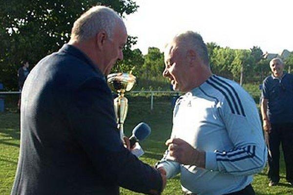 Víťazný pohár prevzal brankár Cabaja-Čápora Miloš Hala.