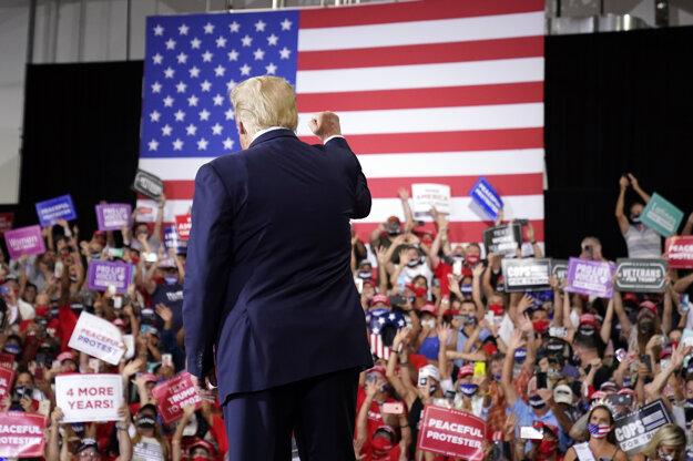 Americký prezident Donald Trump zorganizoval zhromaždenie v uzavretom priestore v štáte Nevada, hoci epidemiologické nariadenia to vzhľadom na šírenie koronavírusu zakazujú.