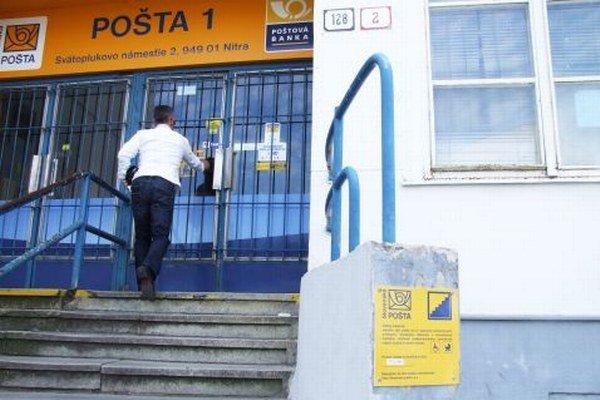 Na hlavnú poštu vedú schody. Kto má problém po nich vyjsť, môže kontaktovať zamestnanca pošty. Číslo je na tabuľke, ktorú osadili na múriku.