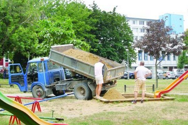 Výmena piesku na pieskovisku na Párovciach v roku 2013 súvisela s rozkopávkami v lokalite.