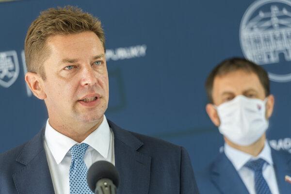 Zľava minister dopravy a výstavby Andrej Doležal (Sme rodina) a minister financií Eduard Heger (OĽaNO) počas tlačovej konferencie po rokovaní vlády v Bratislave 16. septembra 2020.