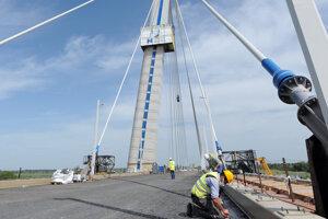 Nový most Monoštor spájajúci Slovensko s Maďarskom cez rieku Dunaj pri meste Komárno, je už v prevádzke.