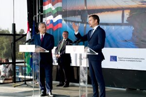 Maďarský premiér Viktor Orbán (vľavo) a premiér SR Igor Matovič (vpravo) počas slávnostného otvorenia mosta Monoštor medzi mestami Komárno a maďarským Komáromom.
