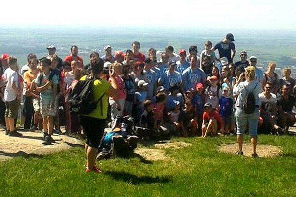 Na vrchole Pyramídy sa fanúšikovia fotili spolu s hokejistami.