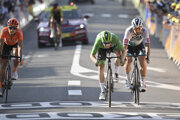Zľava Matteo Trentin, Sam Bennett a Peter Sagan v cieli 19. etapy na Tour de France 2020.