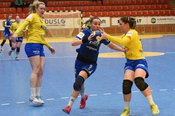 Súboj Šalianok v Zlíne sa bude hrať v inom termíne. V modrom drese Barbora Königová.