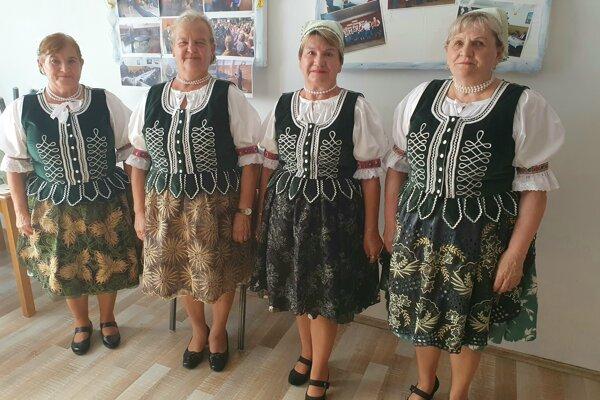 Členky folklórneho súboru Kráľovianka, zľava Margita Maľučka, Mária Mazáková, Božena Kohútová a Magdaléna Papierniková.