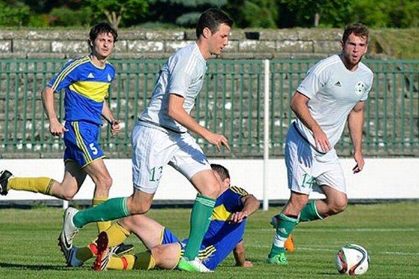 Veľký Meder porazil Vráble hladko 5:0. Gólovo sa presadili aj Z. Bognár aR. Pisár (v bielom).