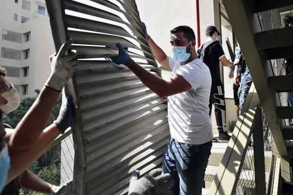 Ľudia dávajú dokopy vnútorné priestory jednej zo zničených nemocníc v Bejrúte.