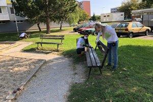 Dobrovoľníci a dobrovoľníčky v Topoľčanoch skrášlili viaceré detské ihriská.