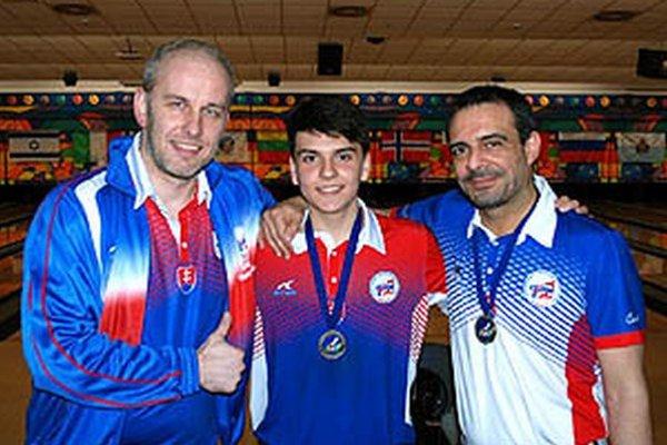 Zľava prezident Slovenského bowlingového zväzu Vladimír Merkovský, Tomáš Vrabec a reprezentačný tréner Costas Mitsingas.
