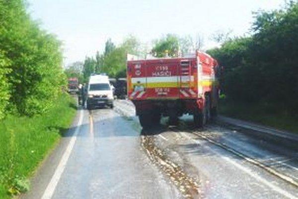 Na ceste havarovali hasiči.