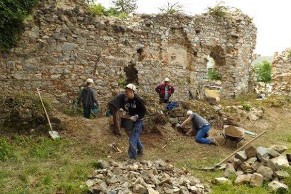 Pomocné práce robili vo štvrtok žiaci Stredného odborného učilišťa stavebného v rámci praxe.
