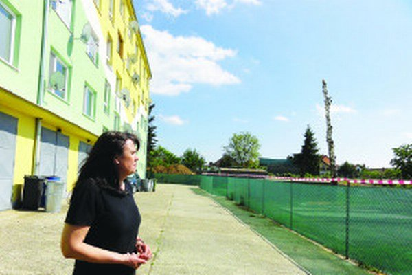 Viera Šabíková medzi bytovkou, kde žije a staveniskom,proti ktorému protestovalo dvesto ľudí.