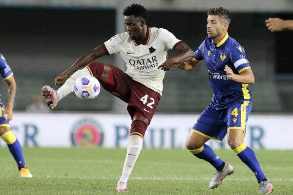 Amadou Diawara (vľavo) v drese AS Rím proti Hellasu Verona.
