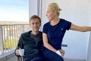 Ruský opozičný politik Alexej Navaľnyj s manželkou Juliou pózujú na balkóne v berlínskej súkromnej nemocnici Charité 21.
