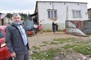 Starosta Drienovca Gabriel Gavallér obyvateľom domu pomohol.