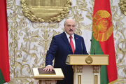 Alexander Lukašenko skladá prezidentskú prísahu.
