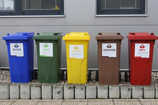 Hnedé nádoby na bioodpad by mali pri bytovkách pribudnúť od januára 2021.