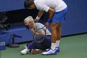 Novak Djokovič a rozhodkyňa Laura Clarková na US Open 2020.