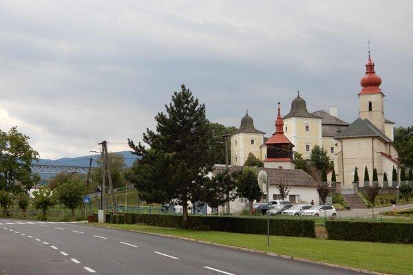 Širšia panoráma historického centra s Hanušovským viaduktom v pozadí v meste Hanušovce nad Topľou.