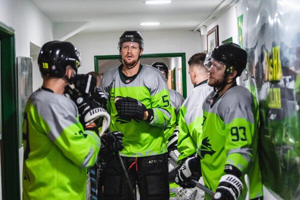 Tomáš Urban (v strede) v drese žilinských Vlkov.