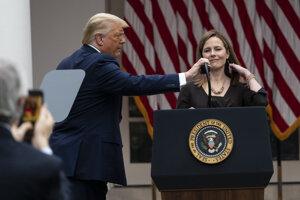 Na Najvyšší súd USA môže nastúpiť Trumpova favoritka a konzervatívna sudkyňa Barrettová.