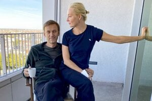 Alexej Navaľnyj s manželkou Juliou počas jeho hospitalizácie v berlínskej nemocnici Charité.