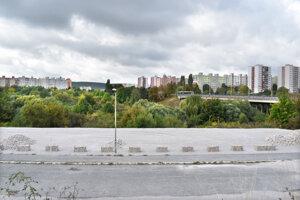 Zarastené územie nikoho leží vo frekventovanej časti medzi dvomi sídliskami. Slovenská akadémia vied v tomto území vlastní rozľahlé pozemky, ktoré nepotrebuje.