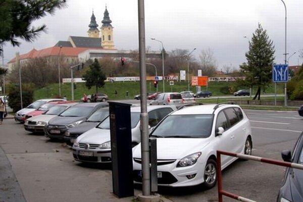 Automaty na Cintorínskej už boli v prevádzke bez súhlasu polície. Radnica reagovala, že vodiči nemuseli platiť, pretože na ulici nie je príslušné dopravné značenie o spoplatenom parkovaní.