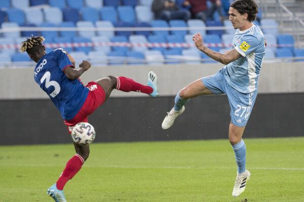 Vpravo Dávid Holman (Slovan) strieľa gól, vľavo sa prizerá obranca Edmund Addo (Senica).