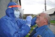 Počet testovaných rastie a s ním aj počet odhalených infikovaných.