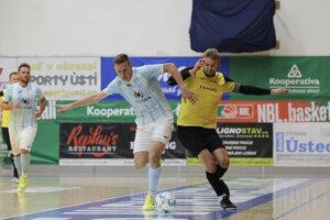 Futsalisti Dominik Ostrák (vpravo) a Matúš Ševčík sa v rámci českej futsalovej ligy ocitli na ihrisku zoči-voči.
