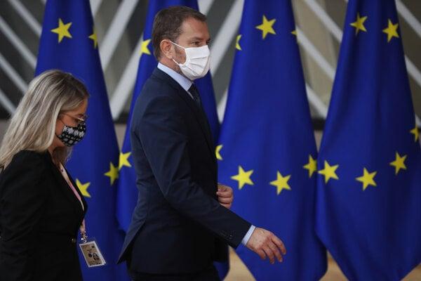 Premiér SR Igor Matovič (vpravo) prichádza na summit EÚ v sídle Európskej rady v Bruseli 1. októbra 2020