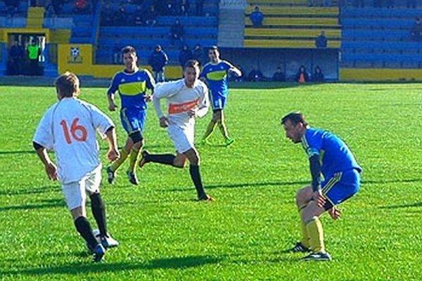 Vráble prehrali vo Vrbovom 0:1. Vmodrých dresoch zľava T. Feješ, D. Hamar aS. Husár.