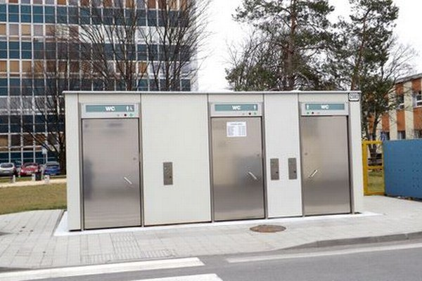 Toalety za hlavnou poštou sú automatizované, obsluha v nich nie je.