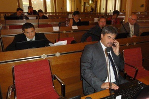 Župní poslanci vrátili zastarané mobily, dostali nové.