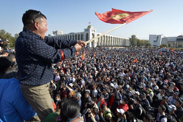 Ľudia protestujú počas zhromaždenia proti výsledkom nedeľných parlamentných volieb v kirgizskej metropole Biškek v pondelok 5. októbra 2020.