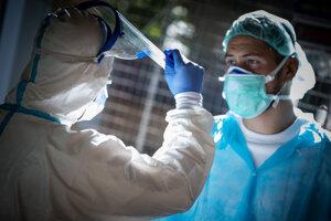 Zamestnanci v odberovom mieste na testovanie pacientov na ochorenie COVID-19 pred Infekčným pavilónom na Kramároch v Bratislave.